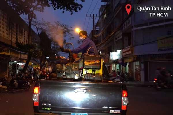 Dùng xe chuyên dụng phun hóa chất diệt muỗi trước Tết ở Sài Gòn